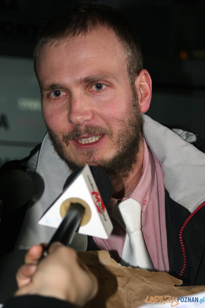 Bagietka z Bowe - Paweł Sowa otoczony przez media