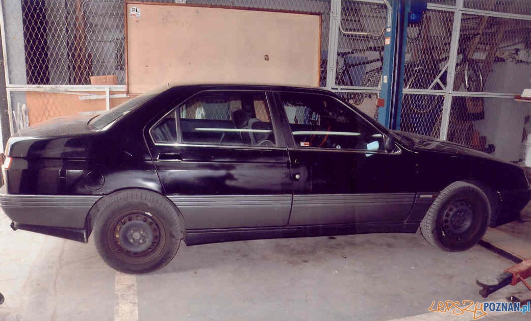 samochód sprawców napadu na kantor w Konienie  Foto: KWPPoznań