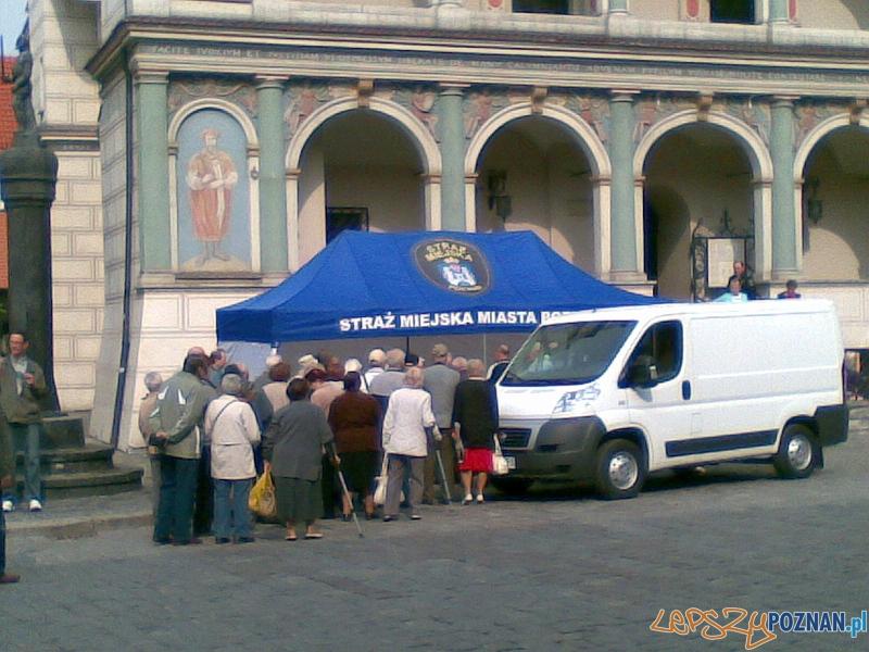 Straż Miejksa i Miasto Poznań rozdaje flagi na Starym Rynku - 26.04.2011 r.  Foto: gsm Ania