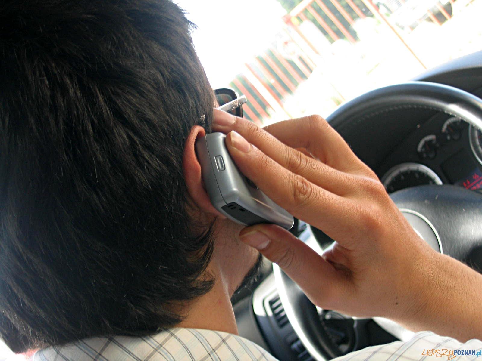 telefon w samochodzie  Foto: sxc