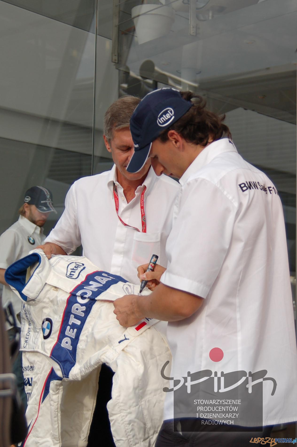 Robert Kubica składa autograf na kombinezonie, w którym zdobył jedyne w swojej karierze pole position  Foto: Stowarzyszenie radiowiec