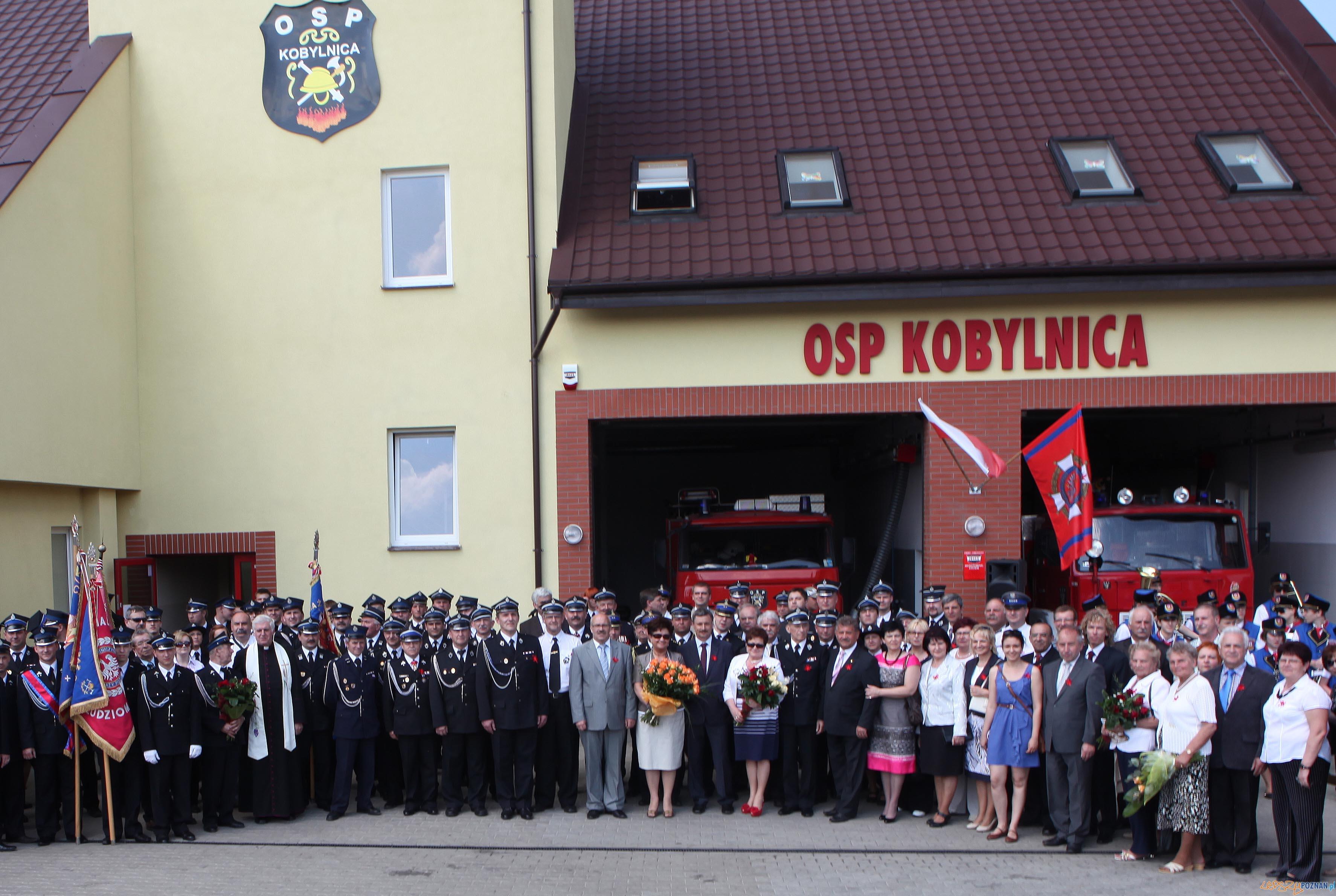 Zdjęcie pamiatkowe - otwarcie nowej remizy w Kobylnicy  Foto: