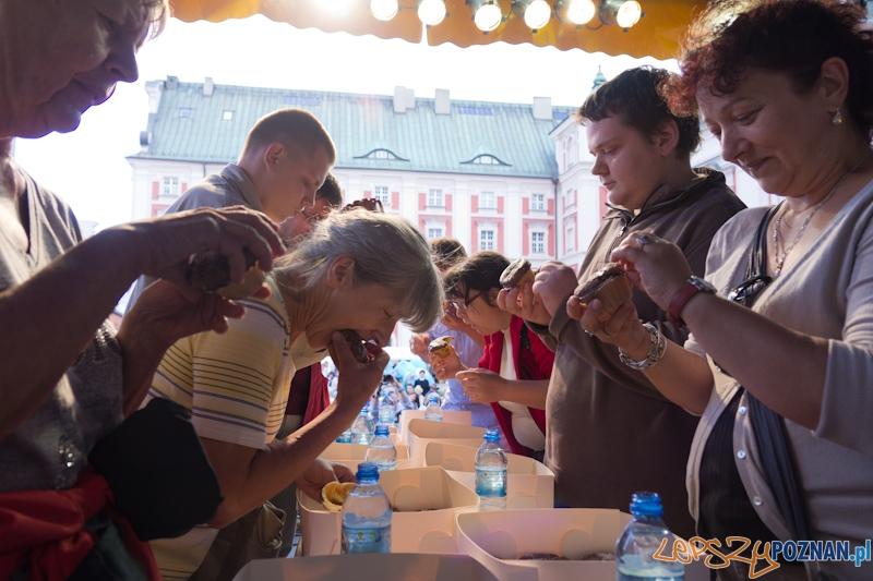 Konkurs jedzenia Magdalenek - festyn przy poznańskiej Farze  Foto: lepszyPOZNAN.pl / Piotr Rychter