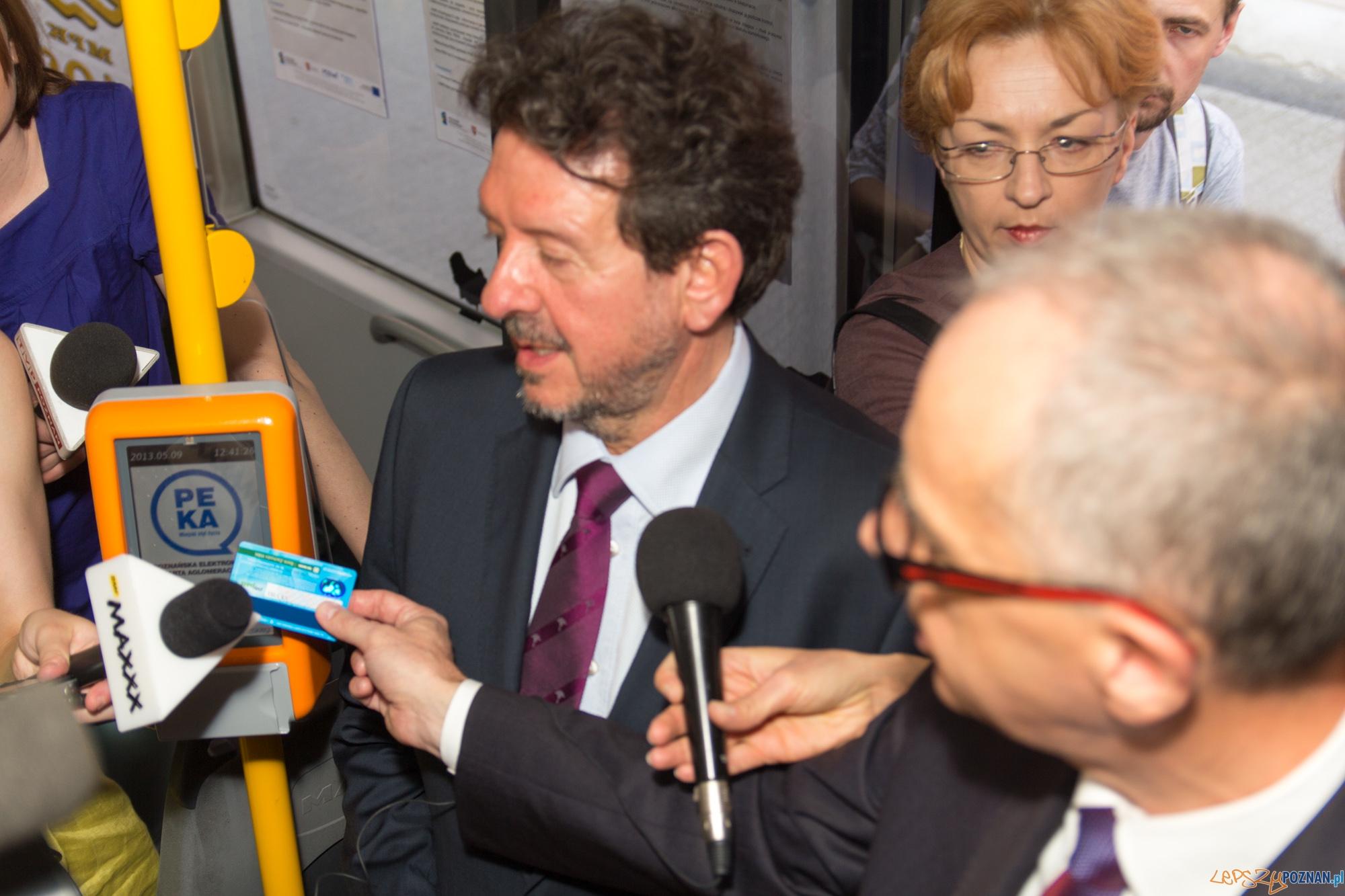 Wiceprezydent Kruszyński oraz dyrektor Bajoński prezentują system PEKA  Foto: lepszyPOZNAN.pl / Piotr Rychter