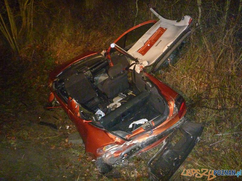 Groźny wypadek w Radojewie - rozbity opel tigra  Foto: Straż Pożarna w Poznaniu