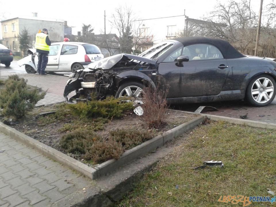 Rozbite auto  Foto: st.sekc. Bartosz Mroczek/KM Straży Pożarnej