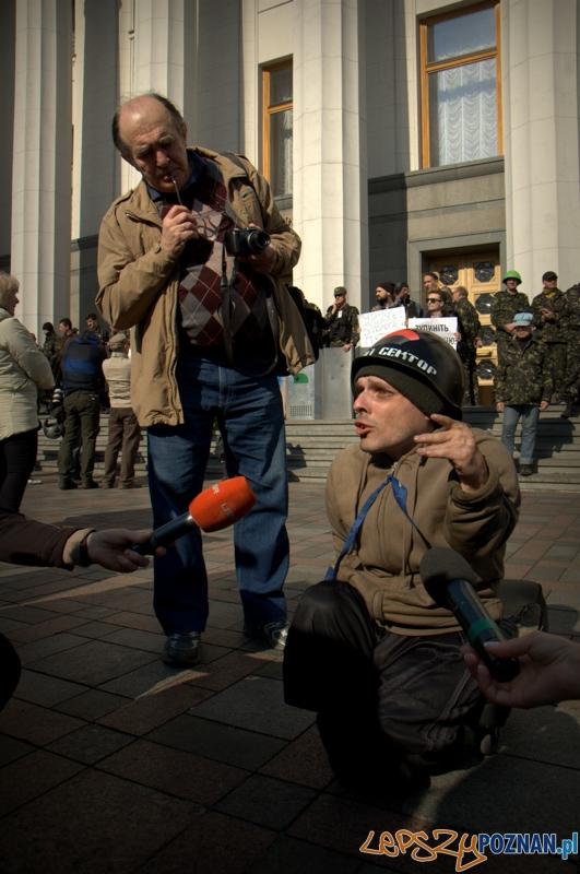 """""""My name is Michael"""" - przedstawił mi się ten człowiek, który pomimo swojej niepełnosprawności postanowił przyjechać z daleka, żeby być częścią Majdanu. Szybko zwrócił uwagę mediów lokalnych i zagranicznych.   Foto: lepszyPOZNAN.pl / Mathias Mezler"""