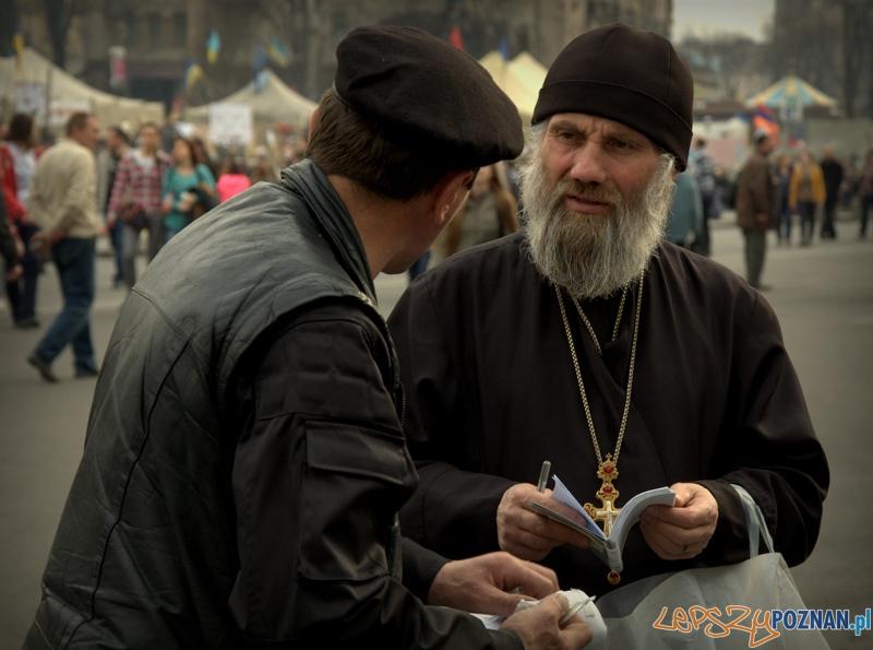 Duchowni cerkwi grekokatolickiej oraz prawosławnej patriarchatu kijowskiego nie zamykają się w swoich świątyniach. Wychodzą na Majdan wspierać ich w tych trudnych dla Ukrainy chwilach. To wyzwania mniejszościowego, a działalność Majdanu nie ma bezwzględnego poparcia Cerkwi.   Foto: lepszyPOZNAN.pl / Mathias Mezler