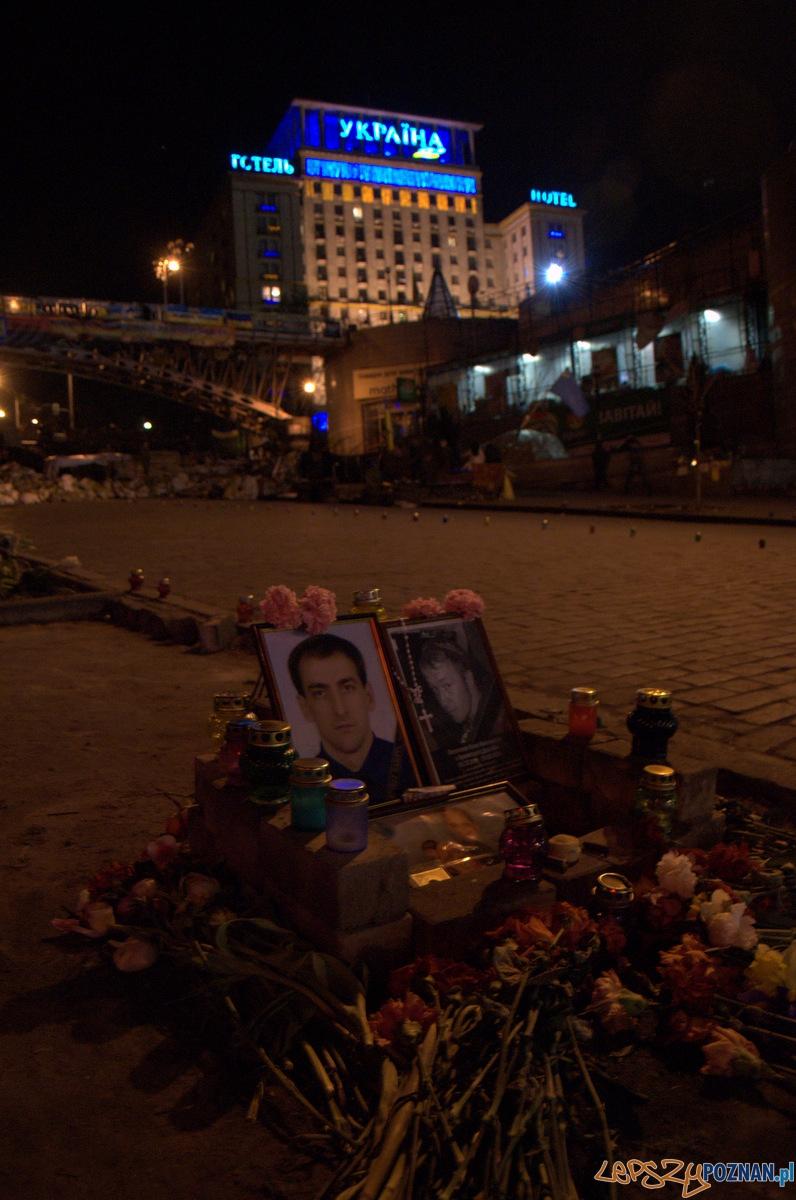 Na Majdanie oraz w jego okolicach rozsiane są dziesiątki pomników i miejsc pamięci upamiętniających poległych podczas walk z Berkutem. Ich pielęgnacją zajmują się nie tylko rodziny poległych, ale również specjalne służby porządkowe Majdanu oraz przypadkowe osoby.  Foto: lepszyPOZNAN.pl / Mathias Mezler