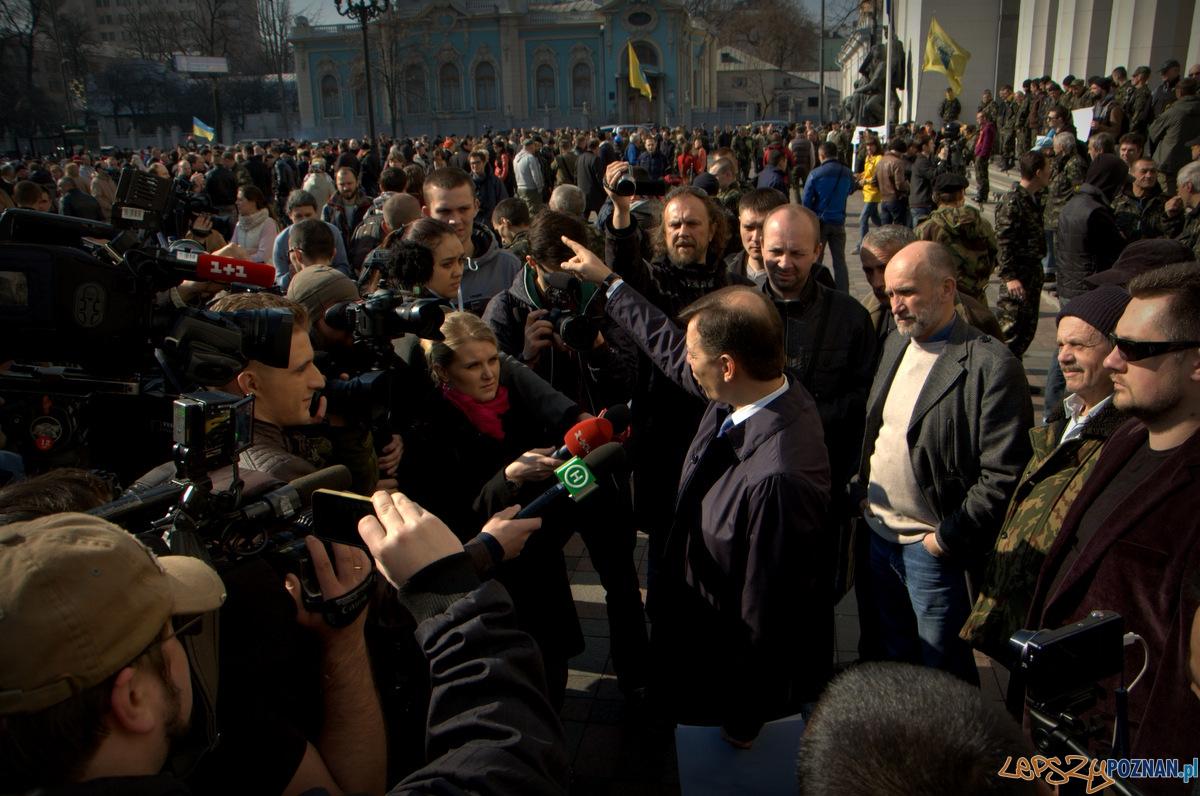 Pikieta Prawego Sektora pod Radą Najwyższą Ukrainy to także okazja dla polityków na zaistnienie w tłumie i mediach. W tym przypadku Oleh Laszko znanego bardziej ze satyryk i kpiarz niż konstruktywny polityk.   Foto: lepszyPOZNAN.pl / Mathias Mezler