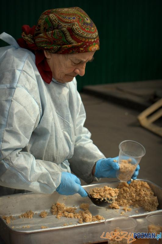 Każdy znajdzie tutaj jakieś zadanie dla siebie. Starsze panie w czasie wolnym wydają bezpłatne posiłki.  Foto: lepszyPOZNAN.pl / Mathias Mezler
