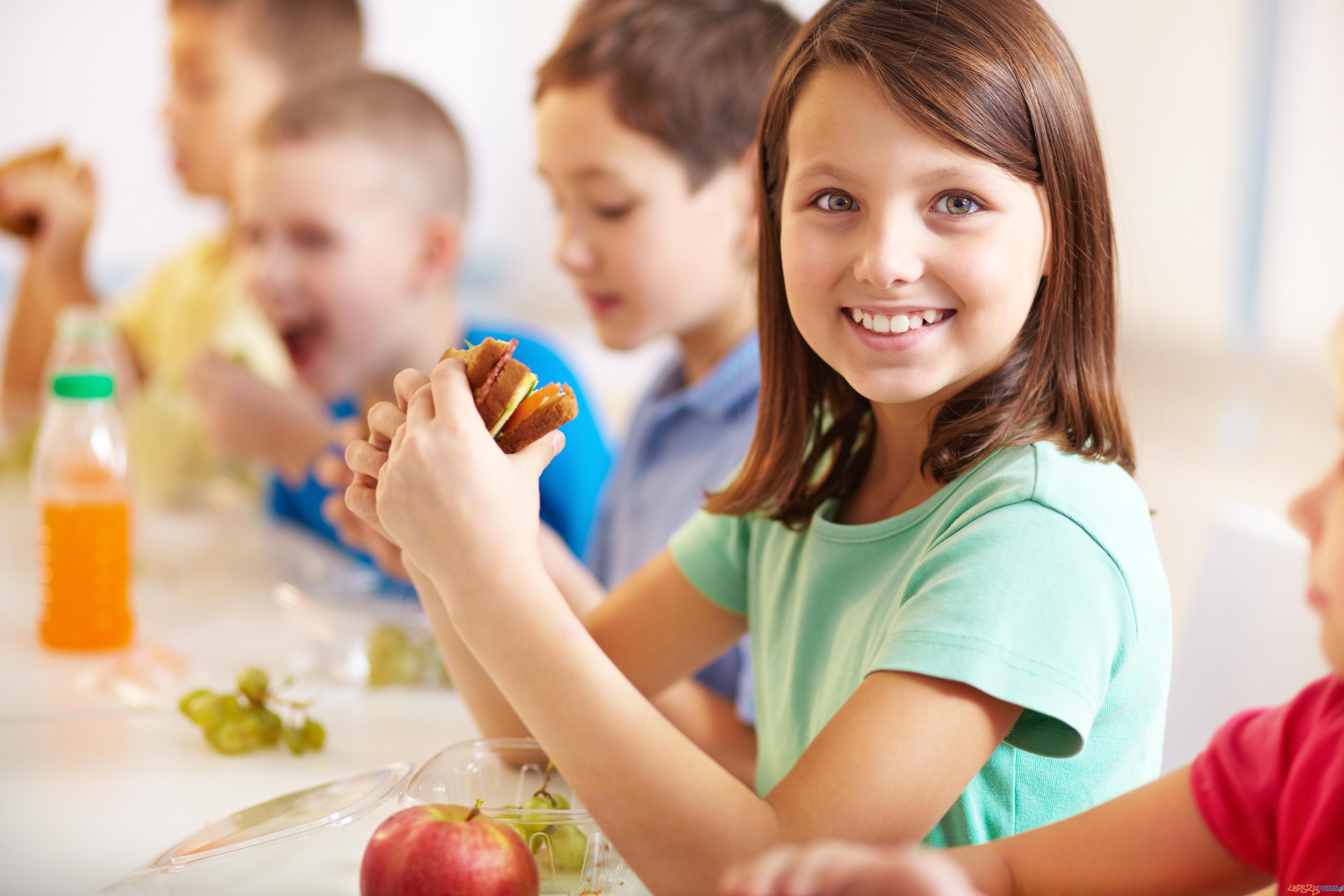 Co uczniowie jedzą w szkole?  Foto: Fundacja BOŚ