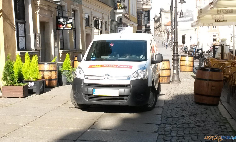 Samochód Poczty Polskiej na chodniku Starego Rynku 11.05.2015 r.  Foto: LepszyPoznan.pl / gsm