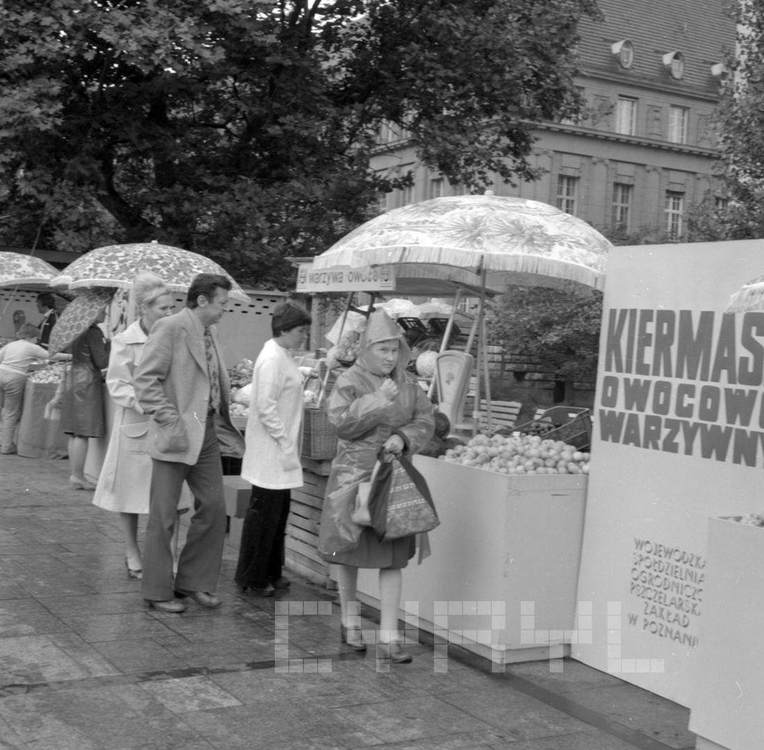 Kiermasz owocowy na Placu Wolności - 27.08.1978  Foto: Stanisław Wiktor / Cyryl