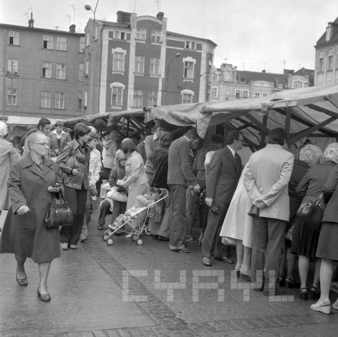 Stragany na Rynku Jeżyckim - 27.08.1978  Foto: Stanisław Wiktor / Cyryl
