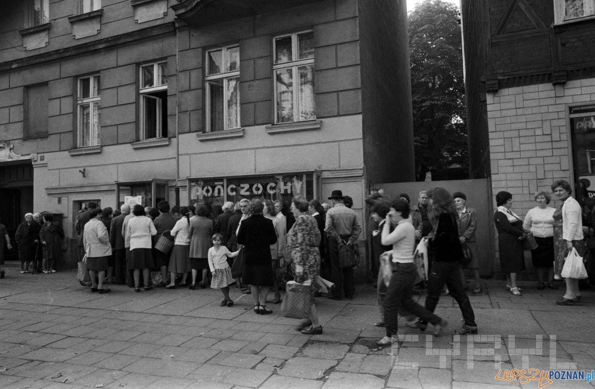 Kolejka przed sklepem z pończochami na ulicy Dąbrowskiego (1981)  Foto: Stanisław Wiktor / Cyryl
