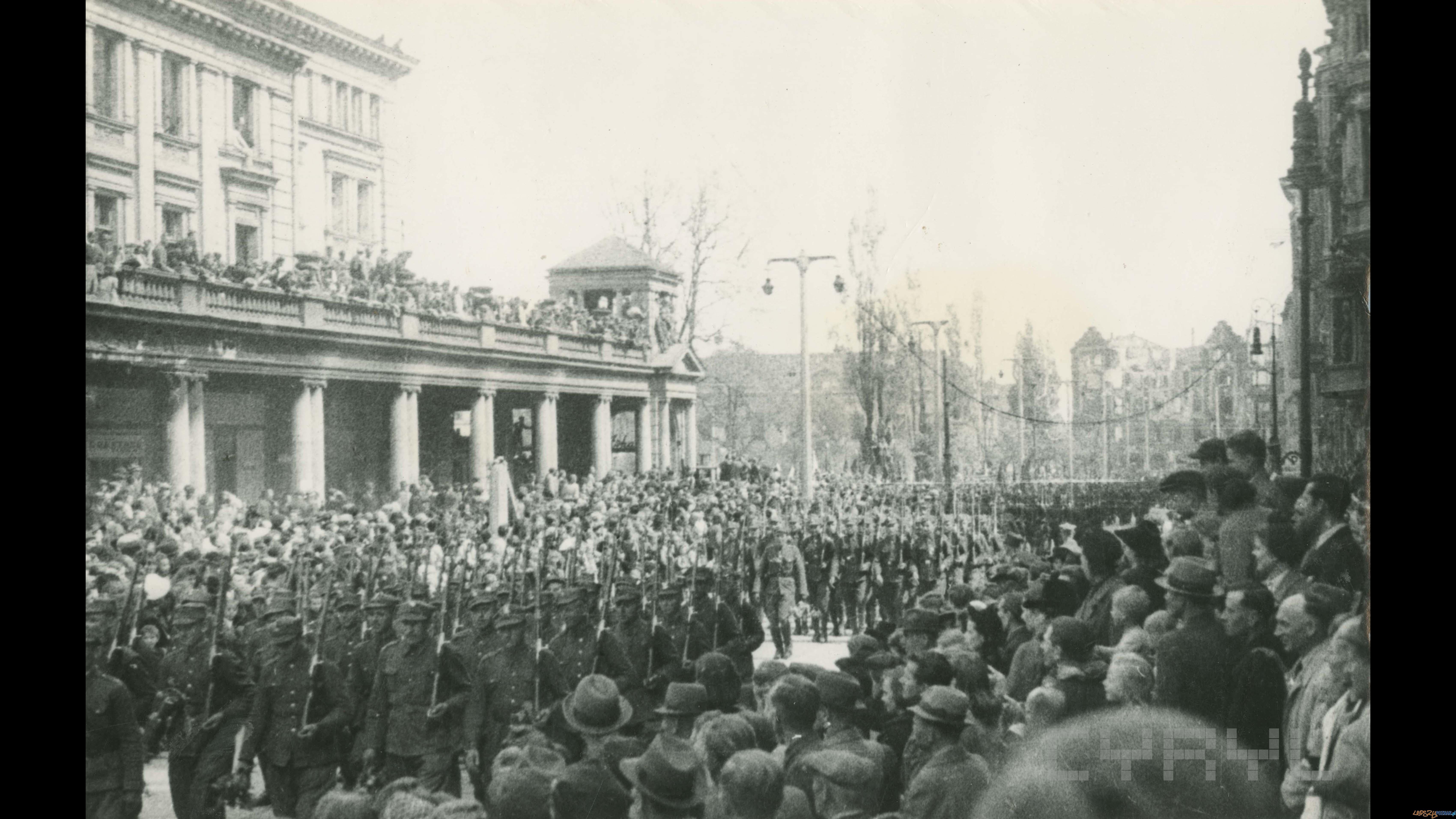 Defilada oddziałów Wojska Polskiego na pl. Wolności z okazji kapitulacji Niemiec     09.05.1945  Foto: