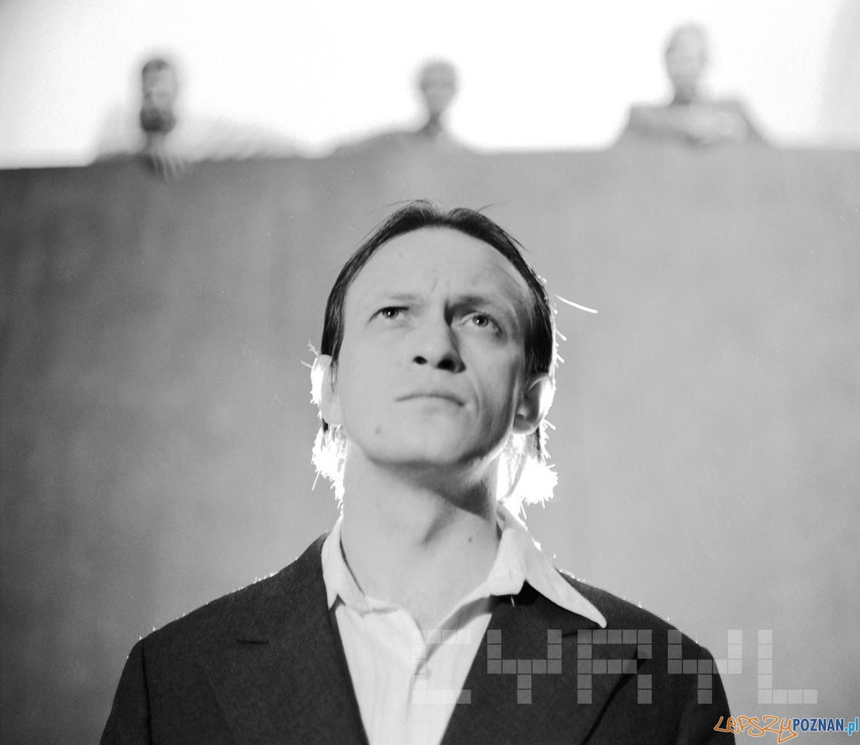 """Wiesław Komasa w spektaklu """"Oskarżony Czerwiec Pięćdziesiątsześć"""" Teatr Nowy (1981)  Foto: Jacek Kulm / Cyryl"""