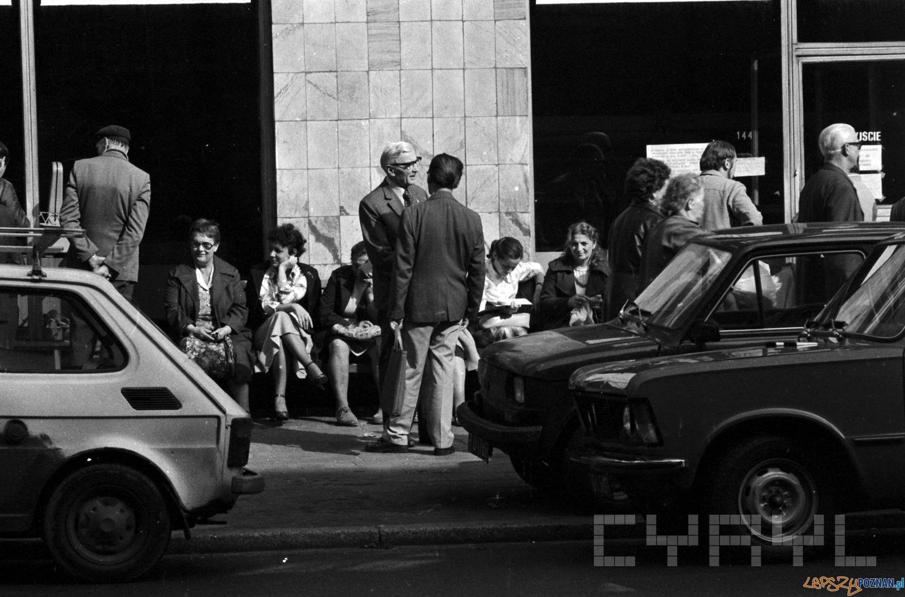 Klienci oczekujacy na otwarcie sklepu - 1981 St. Wiktor Cyryl  Foto: