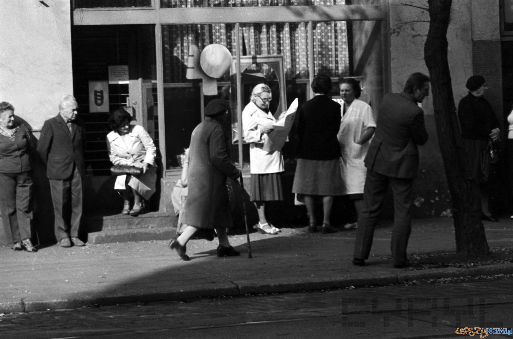 Kolejka do miesnego na Kraszewskiego 1981 St. Wiktor Cyryl  Foto: