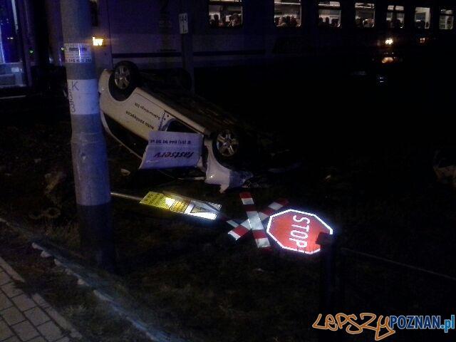 Samochód zderzył się z baną  Foto: PSP Poznań
