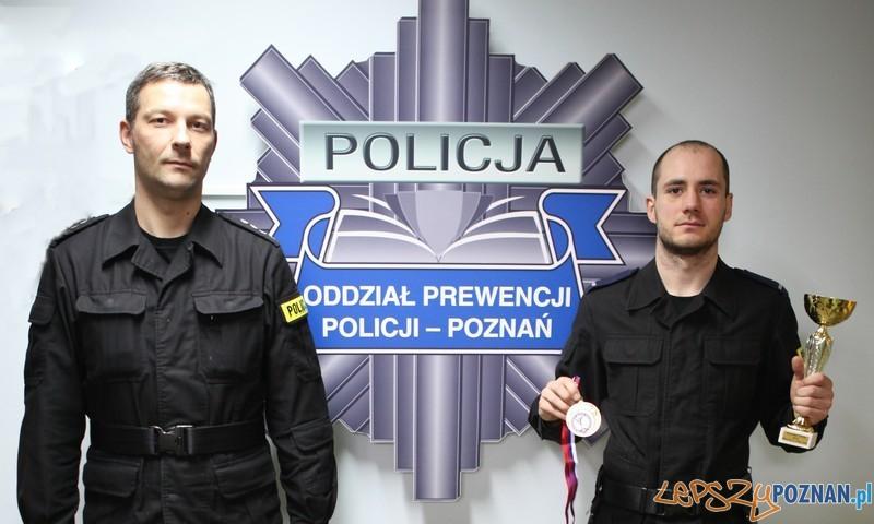 st. post. Piotr Odważny i dowódca IV Kompanii OPP Poznań nadkom. Marcin Fornalik  Foto: KMP
