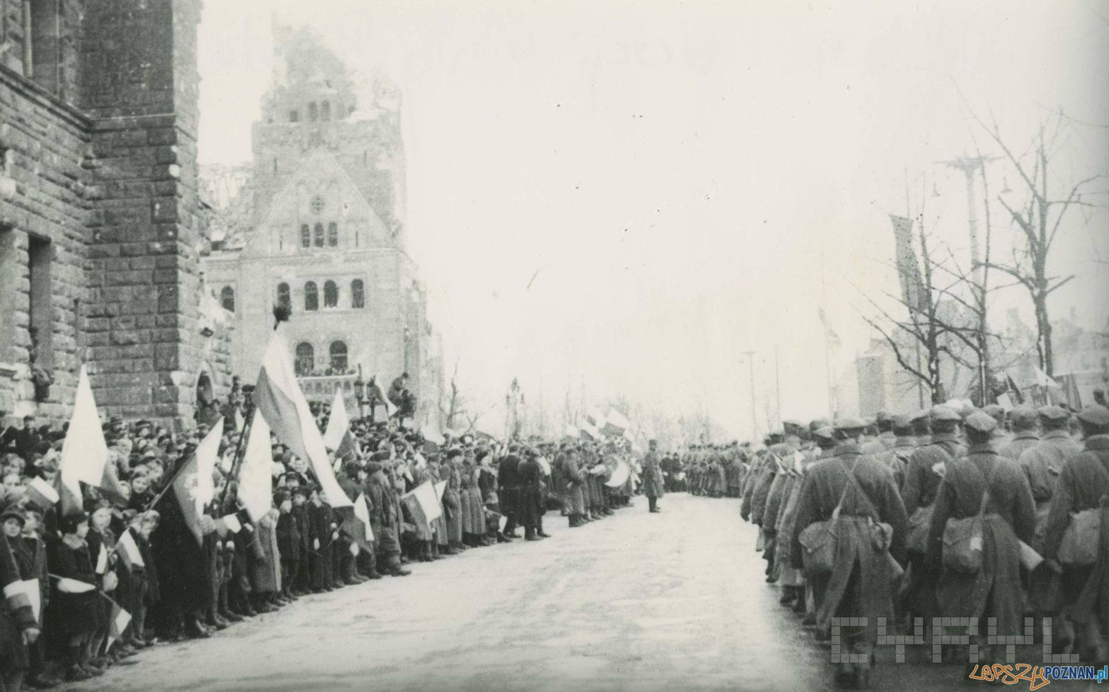 Defilada wojskowa przed Zamkiem po zdobyciu Poznania - 8.03.1945  Foto: Zbigniew Zielonacki / Cyryl
