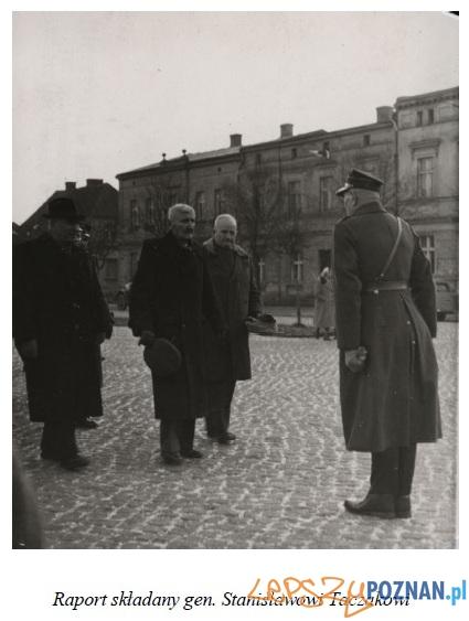 Raport składany dowódcy Powstanie Wielkopolskiego podczas uroczystości na Rynku w Gostyniu  Foto: gaso-gostyn.pl