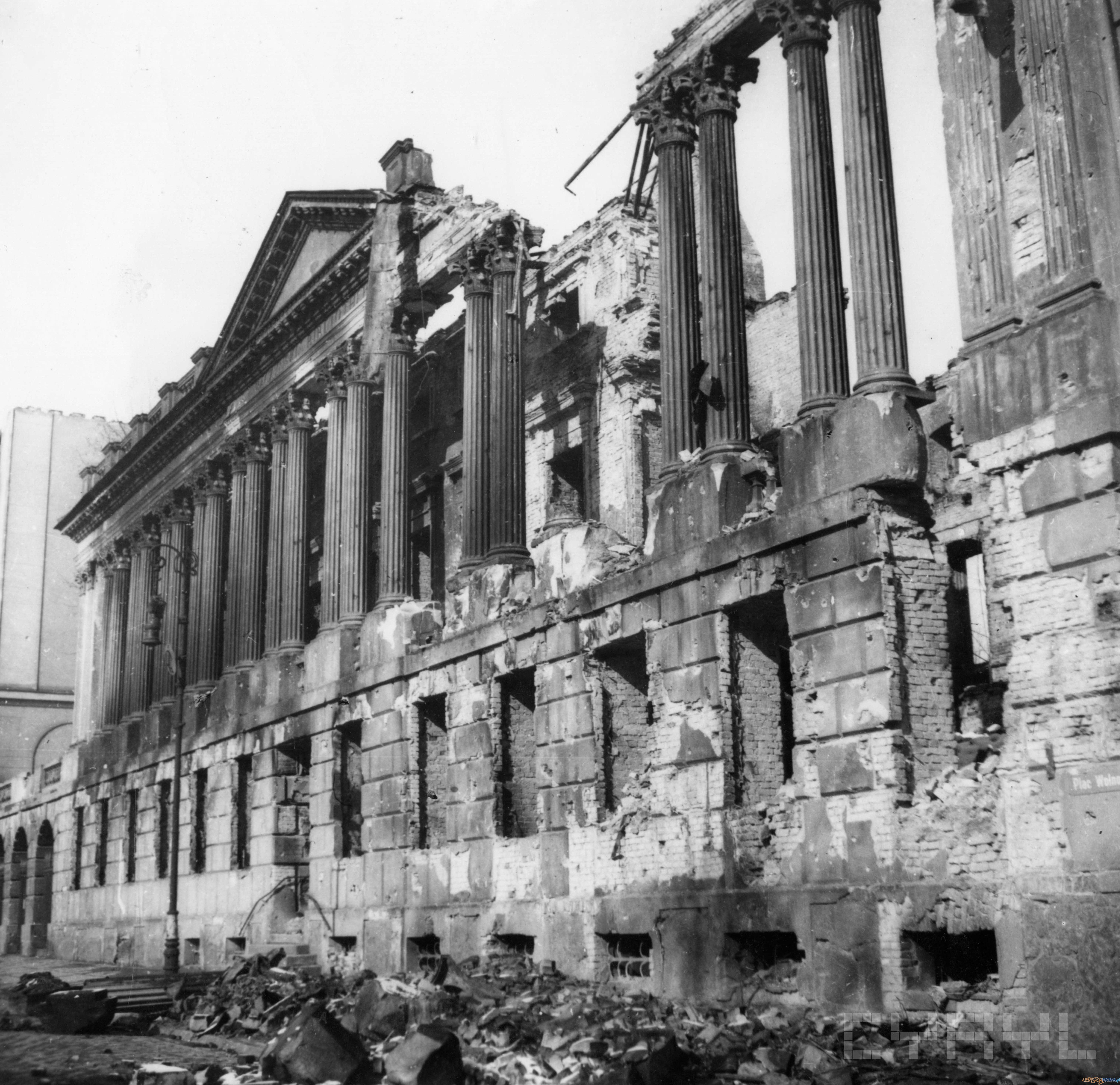 Zrujnowana fasada Biblioteki Raczyńskich 1945 r.  Foto: Zbigniew Zielonacki / Cyryl