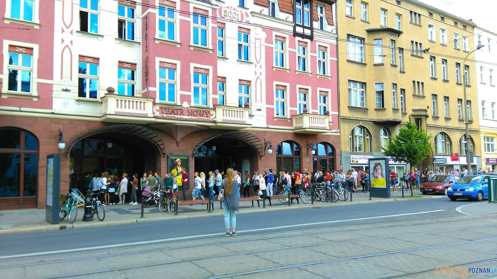 Teatr Nowy - kolejka po bilety  Foto: TD