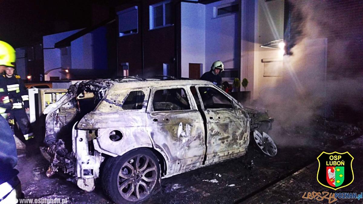 Pożar samochodu w Wirach  Foto: OSP Luboń