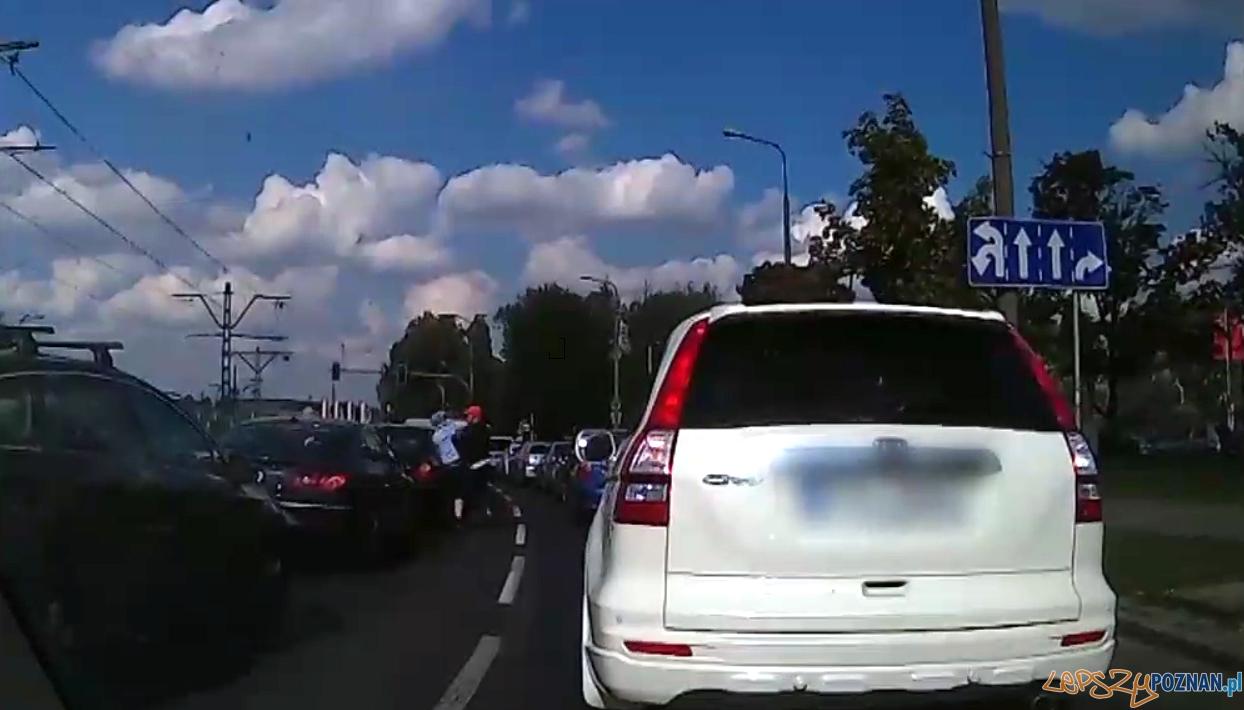 Pobił innego kierowcę - ma iść do więzienia  Foto: video publikowane przez epoznan