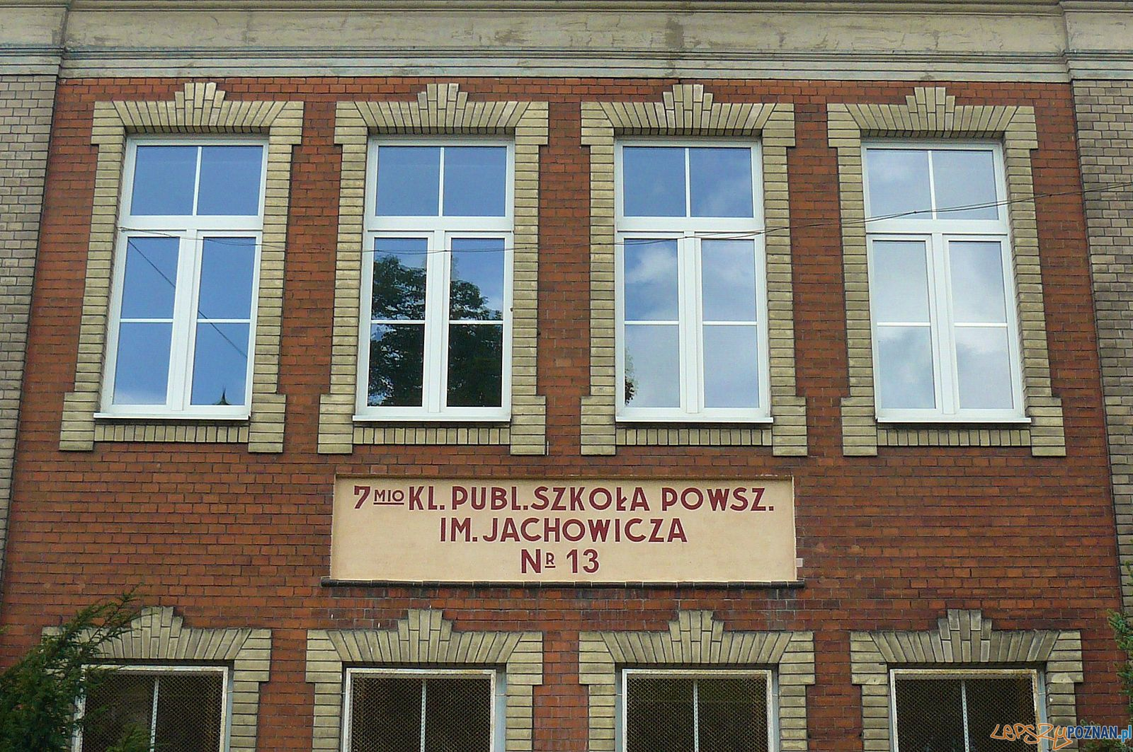 Szkoła podstawowa na ul. Jarochowskiego - historyczny napis na budynku  Foto: MOs810 / wikipedia