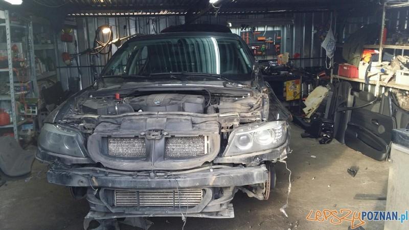 Złodzieje nie zdążyli rozkręcić skradzionego samochodu  Foto: KMP w Poznaniu