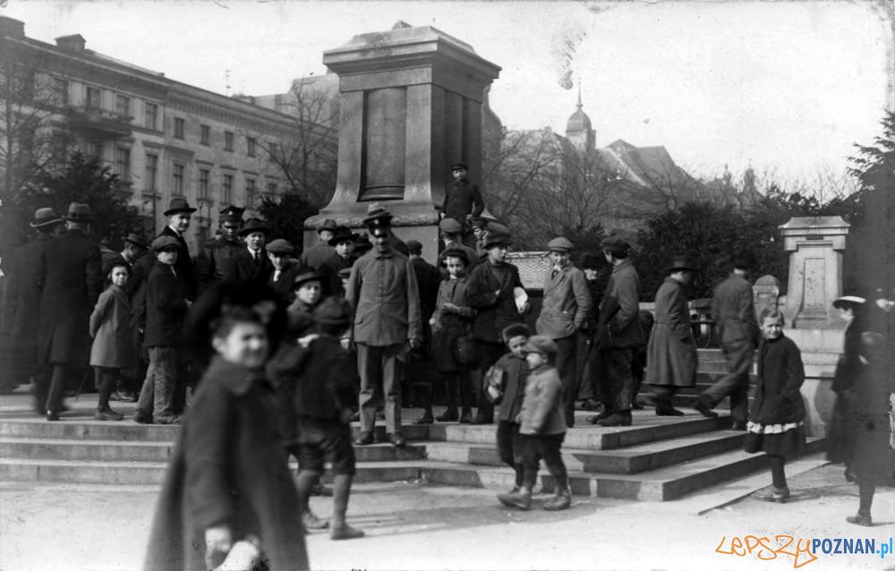 Poznaniacy pod zburzonym pomnikiem Fryderyka III