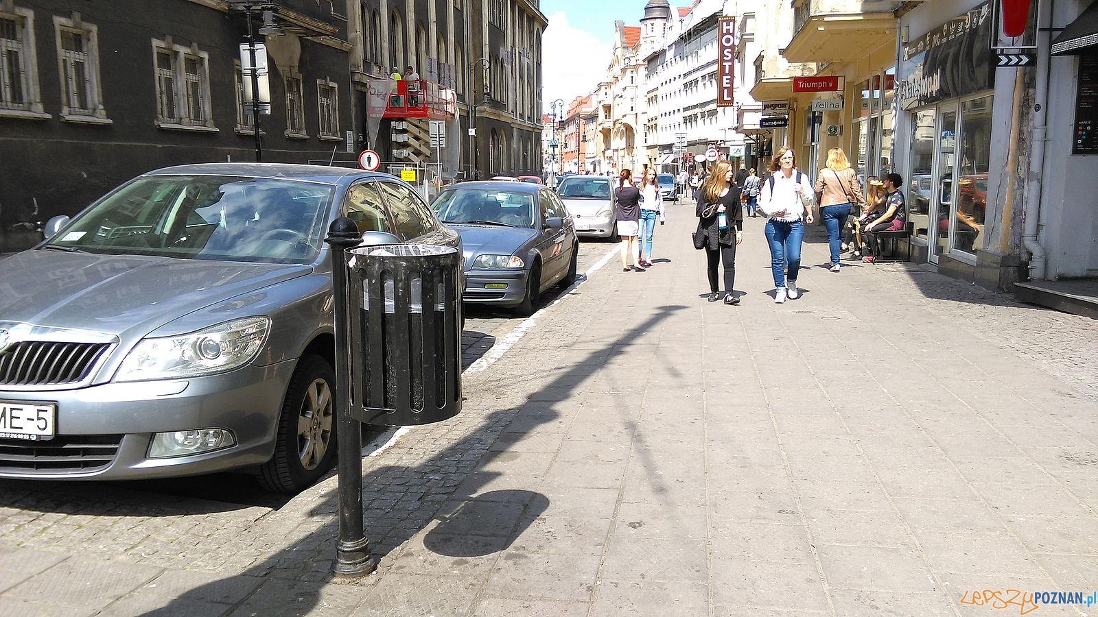 Nowe kosze na śmieci na Starym Mieście - ulica Szkolna  Foto: Tomasz Dworek / ROSM