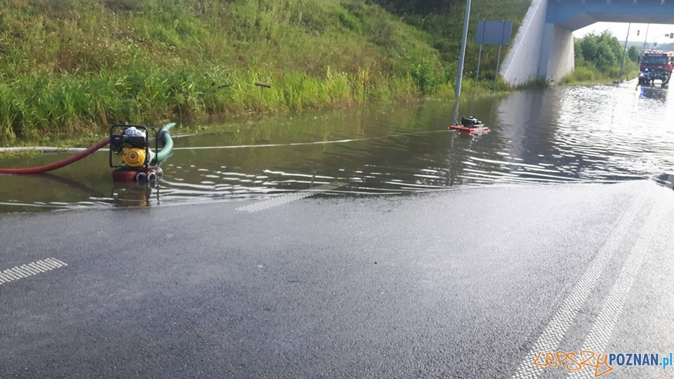 Wypompowywanie wody z zalanej drogi w Złotkowie  Foto: OSP Golęczewo