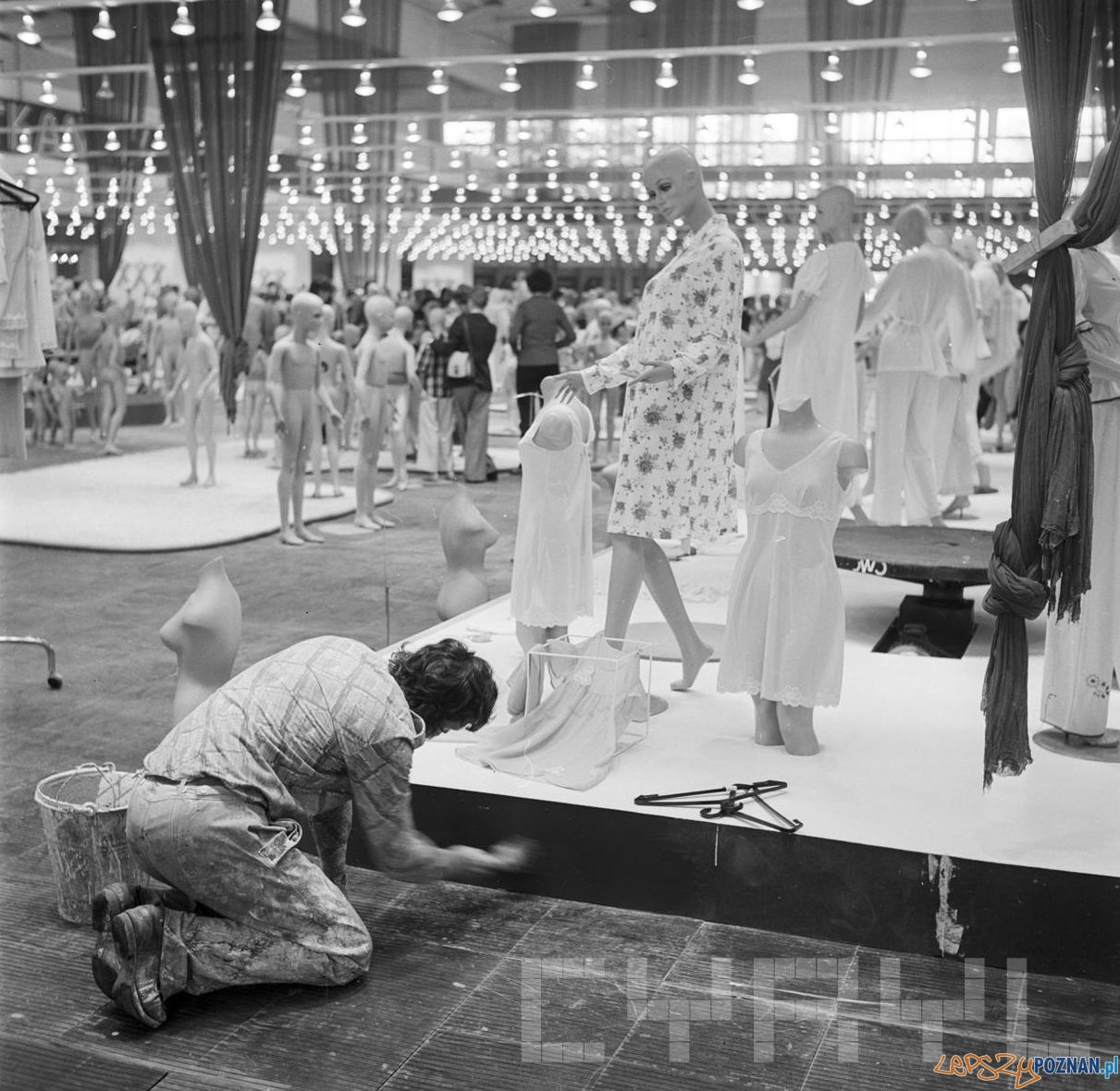 Międzynarodowe Targi Artykułów Konsumpcyjnych TAKON 74 - przygotowania do wystawy 18.9.1974  Foto: Stanisław Wiktor / Cyryl