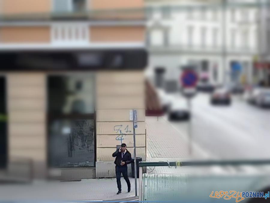 Chciał okraść udając policjanta - wiadomo jak wygląda  Foto: monitoring