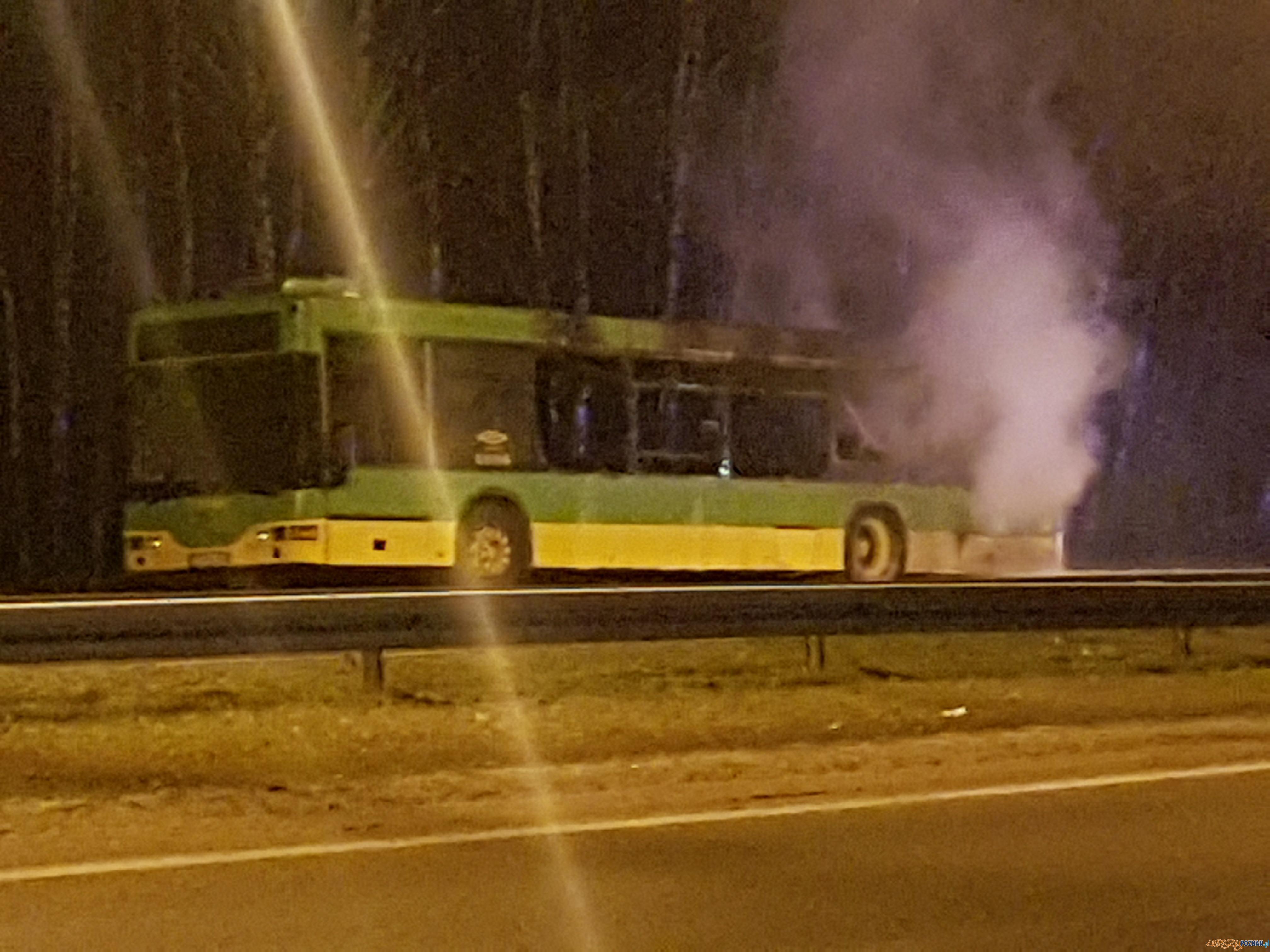 Pożar autobusu na ul. Warszawskiej  Foto: facebook Poznań Antoninek / Rafał