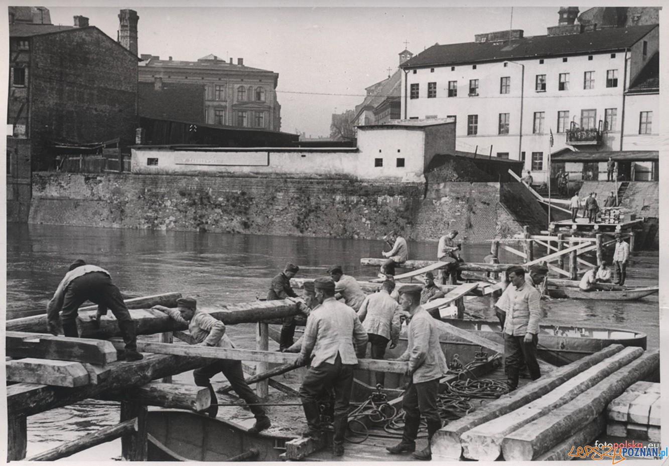 Budowa tymczasowego mostu w okolicach Chwaliszewa 1939  Foto: fotopolska