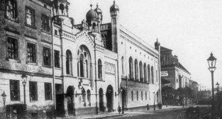 Synagoga Stowarzyszenia Dobroczynności przy Dominikańskiej 7 (bliżej) oraz Synagoga Temple  Foto: