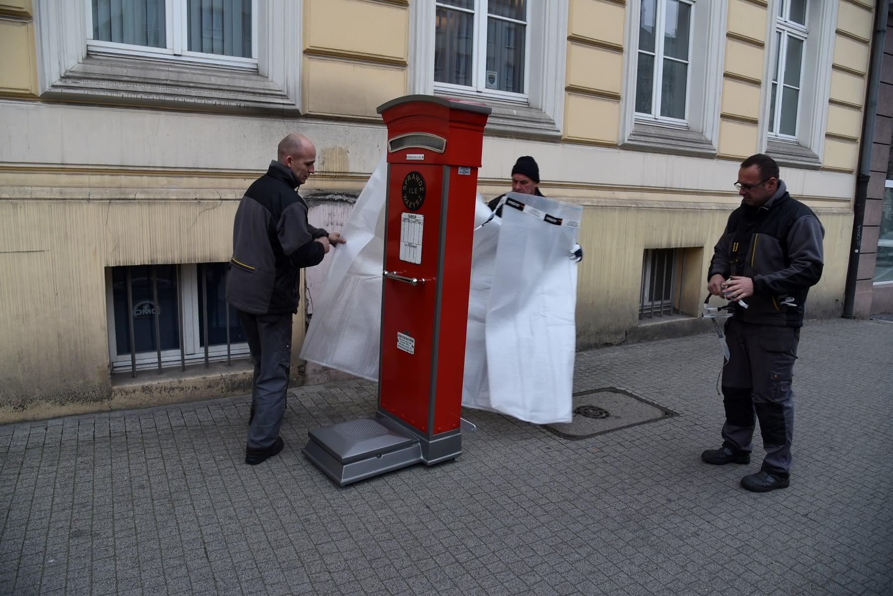 Zabytkowa waga na Alejach Marcinkowskiego  Foto: R. Bączkowski / UMP
