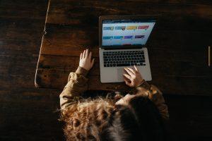 laptop nauczanie zdalne  Foto: Annie Spratt