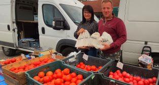 ekologiczne woreczki na warzywa i owoce rozdawane na targowisku w Mosinie  Foto: UMiG Mosina
