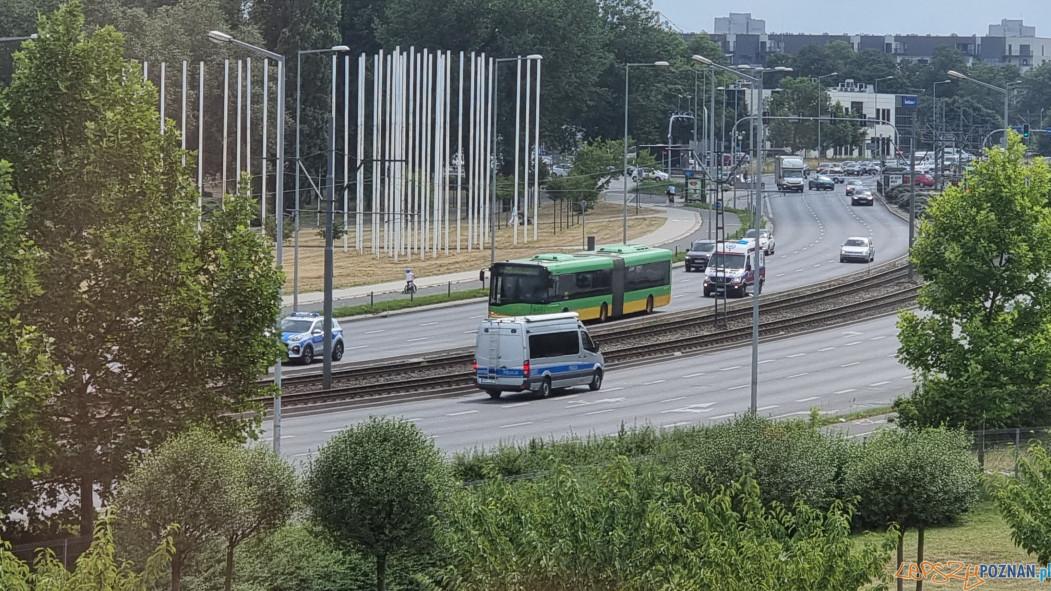 Autobus z rannymi w wypadku na Starołęce (5.08.2021) Foto: lepszyPOZNAN / S21