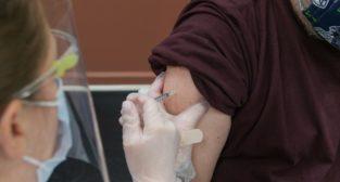 Zastrzyk szczepienie  Foto: Steven Cornfield
